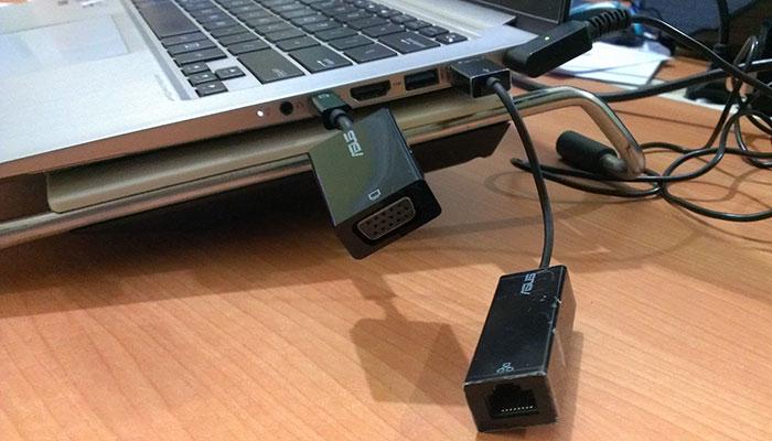 Konektivitas untuk VGA dan RJ-45 sehingga dipasang pada saat butuh saja