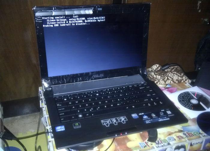 Penampakan asli ASUS N43SL saya waktu awal beli, saya coba install Linux